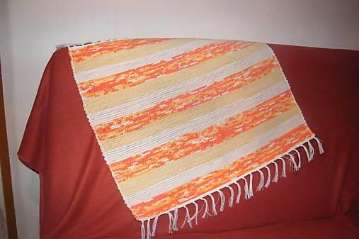 Tkaný koberec bielo-žlto-oranžový