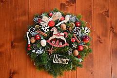 Dekorácie - Vianočný veniec v červenom s koníkom a LED osvetlením 33cm - 10263226_
