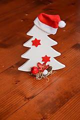 Dekorácie - Drevený vianočný stromček s čiapkou - 10263289_