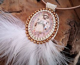 Náhrdelníky - Vintage náhrdelník vyšívaný s pštrosími pierkami - 10263820_