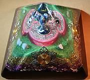 Dekorácie - Výpredaj - Orgonitová pyramída s  lapisom lazuli, chalcedónmi, horským kryštálom a keltskými špirálami - 10268565_