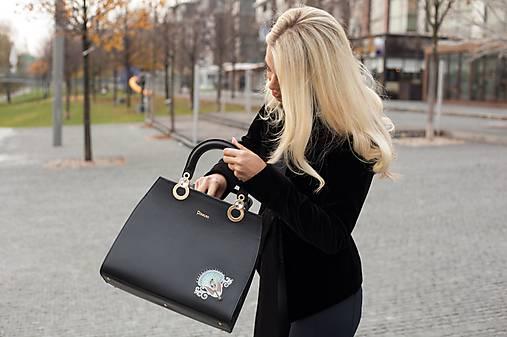 Kožená čierna kabelka s výšivkou a pozlátenými komponentmi   PLZR ... 2ee219532f4