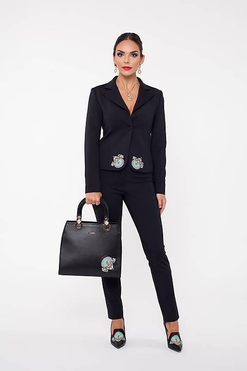 Kožená čierna kabelka s výšivkou a pozlátenými komponentmi