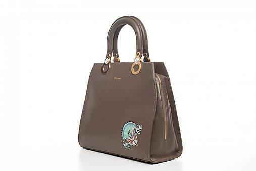 Kožená hnedá kabelka s výšivkou a pozlátenými komponentmi