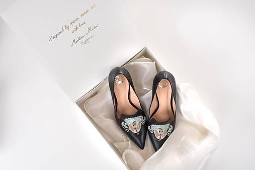 Dámske kožené topánky s výšivkou čierne