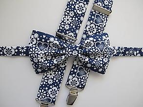 Doplnky - Pánsky motýlik a traky-srdiečkový set v modrom - 10287980_