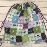 veselý fialový kvetovaný batoh