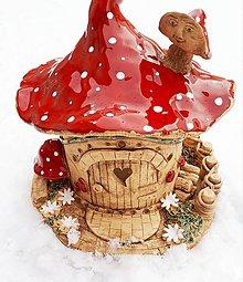 Dekorácie - Keramický muchotrávkový domček. - 10287627_