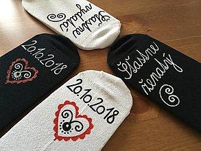 Obuv - Maľované ponožky pre novomanželov / k výročiu svadby (biele+čierne) - 10288459_