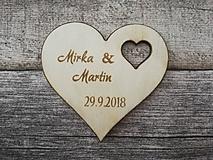 Darčeky pre svadobčanov - Svadobná magnetka s vyrezávaným srdiečkom - 10290560_