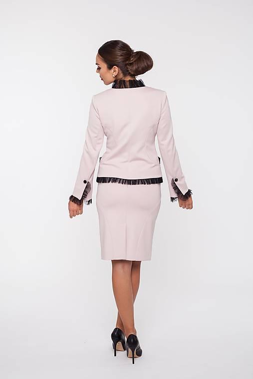 Dámske sako s ozdobnou sieťkou púdrové à la Chanel