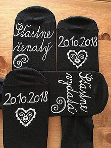 Obuv - Maľované ponožky pre novomanželov / k výročiu svadby (čierne s bielou maľbou) - 10288972_