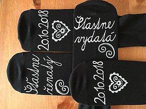 Obuv - Maľované ponožky pre novomanželov / k výročiu svadby (čierne s bielou maľbou) - 10288974_