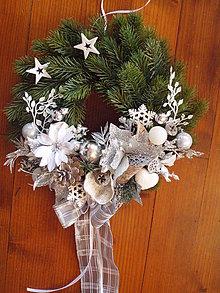Dekorácie - Bielo-strieborný veniec s hviezdami 34 cm - 10298868_