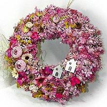Dekorácie - Věnec - Růžový s pryskyřníky a domečky - 10305170_