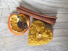 Svietidlá a sviečky - Sviečka zo 100% včelieho vosku - srdiečko - 10309130_