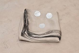 Šatky - Sivo-strieborná malá  hodvábna šatka. - 10320073_