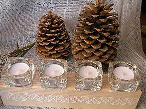 Dekorácie - Originální dřevěný svícen se sklem a reliéfy - 10321926_