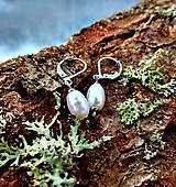 Visiace náušnice (CHO) s bielymi riečnymi perlami