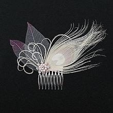 Ozdoby do vlasov - Hrebienok s pávím perom a skeletovými listami - 10327920_