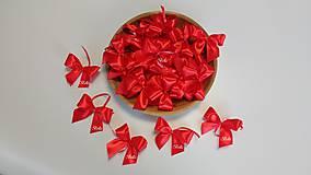 Červené saténové mašle