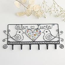 Nábytok - svadobný vešiak s menami  (farebné srdiečko) - 10330314_