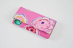 Ružová peňaženka s abstraktnými kvetmi