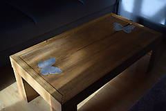 Nábytok - Konferenčný stolík z dubového dreva s motýľmi - 10336620_