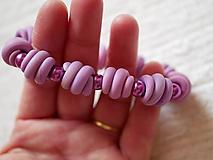 Náramky - fialový náramok na gumičke - 10337730_