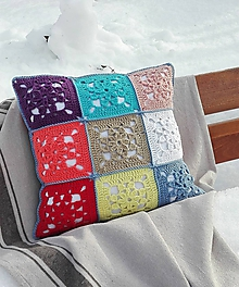 Úžitkový textil - Háčkovaná obliečka na vankúš zo štvorcov HRAVOSŤ - 10336622_