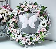 Dekorácie - Maxi 41cm veľkonočný venček ružovo-bielo-zelený s motýľom - 10338555_