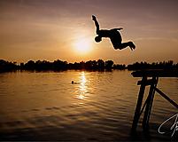 Skok do vody pri západe slnka