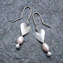 Náušnice - Srdiečka na uši s perlou - 10338538_