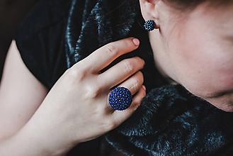 Prstene - BUTTON {M} modrý elegantný prsteň - 10336222_