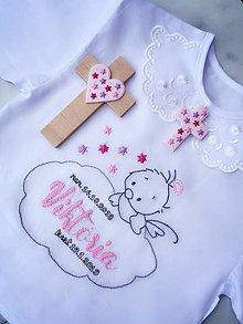 Detské oblečenie - Košieľka na krst a krížik na stenu v ružovej farbe - RUČNE VYŠÍVANÁ - 10340395_