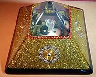 Dekorácie - Zlatá orgonitová pyramída JING JANG s kryštálovým anjelom, ametystami, fluoritmi a keltskými špirálami - 10343879_