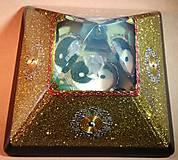 Dekorácie - Zlatá orgonitová pyramída JING JANG s kryštálovým anjelom, ametystami, fluoritmi a keltskými špirálami - 10343881_