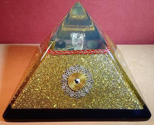 Zlatá orgonitová pyramída JING JANG s kryštálovým anjelom, ametystami, fluoritmi a keltskými špirálami
