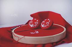 Náušnice - Biela výšivka v červenom objatí - veľké - 10347177_