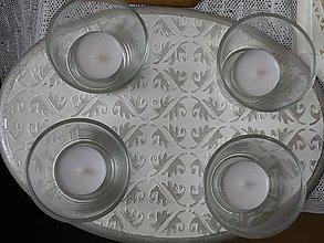 Svietidlá a sviečky - Originální svícen s reliéfním vzorem,stříbro - 10346200_