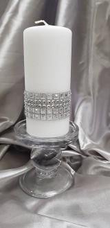 Ručne zdobená biela vosková sviečka, hromnička, so striebornými dekoráciami