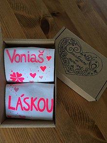 """Obuv - Maľované biele dámske ponožky s nápisom: """"Voniaš / láskou"""" - 10347572_"""