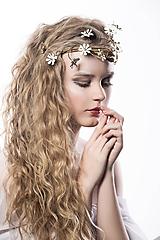 Ozdoby do vlasov - Jedinečná mosadzná čelenka s bielymi kvetmi a s ručne vytepanými listami - Slavianka - 10348824_