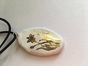 Náhrdelníky - biely so zlatým kvetom/keramika/ - 10351194_