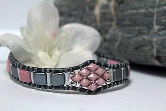Náramky - Náramok ružové štvorčeky - 10349196_