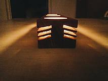 Svietidlá a sviečky - Drevený svietnik so zárezmi - 10351708_