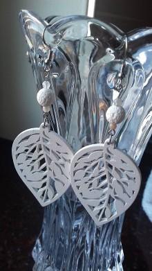 Náušnice - Náušnice s bielym lávovým kameňom a filigránovým dreveným listom - 10360330_