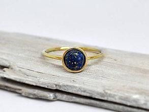 Prstene - 14k zlatý prsteň s prírodným lapisom - 10364740_