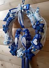 Dekorácie - Pravý slovenský čičmanský folk ľudový veniec na dvere Zaľúbené holubice (Modrý s modrými holúbkami) - 10365300_