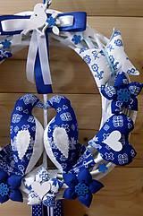 Dekorácie - Pravý slovenský čičmanský folk ľudový veniec na dvere Zaľúbené holubice (Modrý s modrými holúbkami) - 10365302_